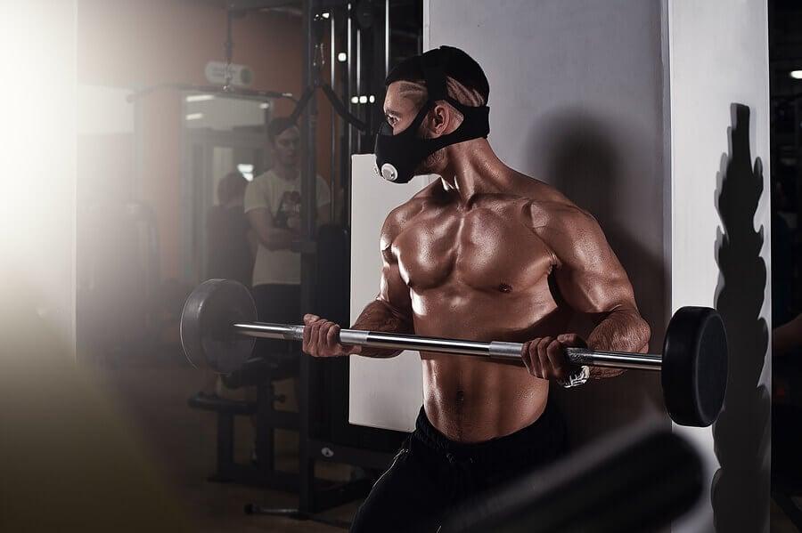 Homem com máscara de treino