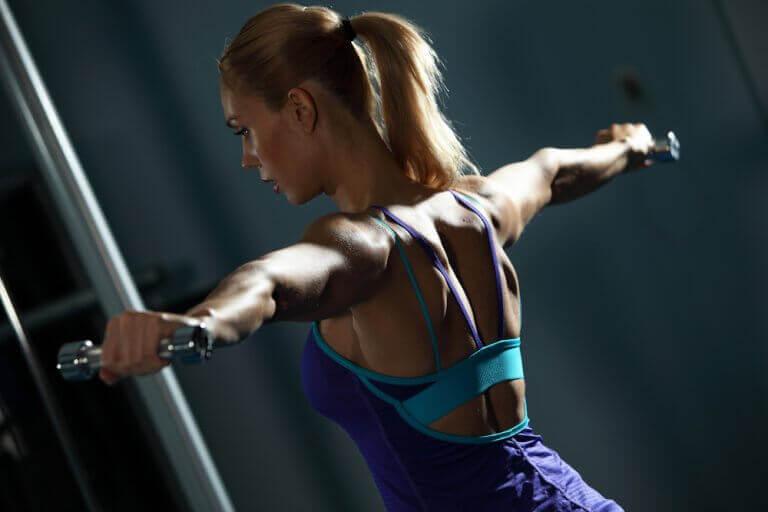 exercícios para fortalecer as costas: elevação lateral com halteres