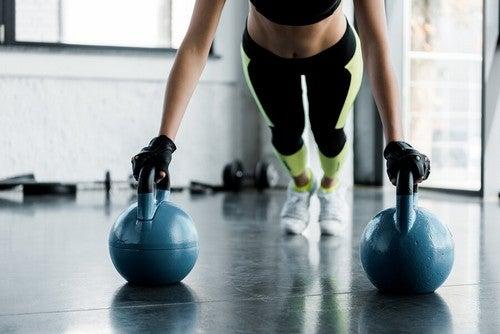 Exercício de prancha com peso