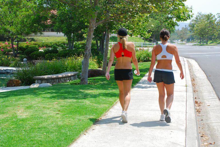 Mulheres caminhando no verão