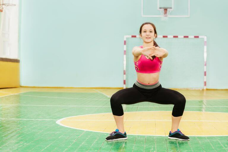 Agachamento sumô para músculos internos das pernas