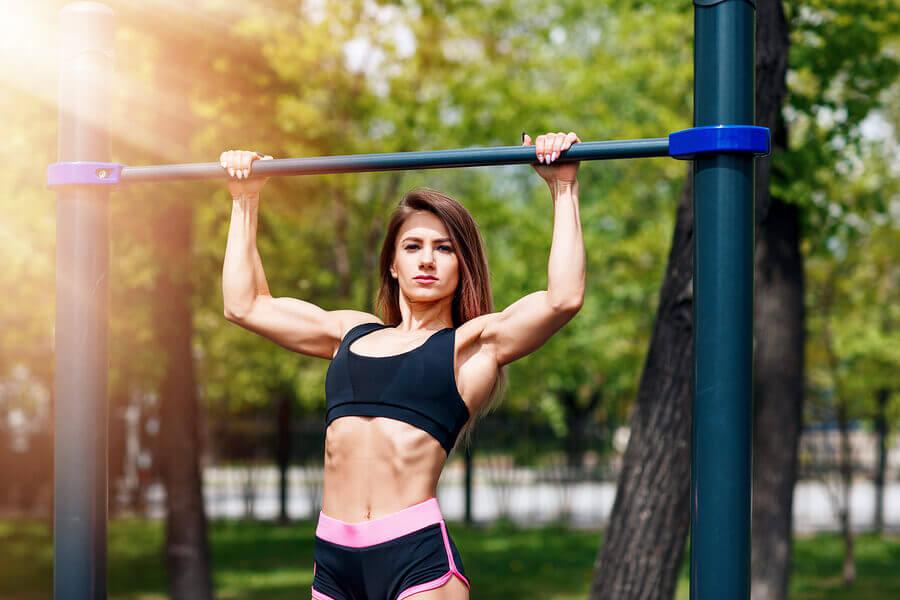 Exercícios de calistenia para mulheres usando o Pull Up Mate