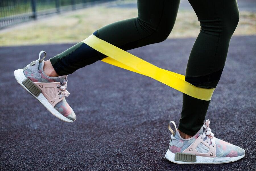 3 exercícios com faixas elásticas para corredores iniciantes