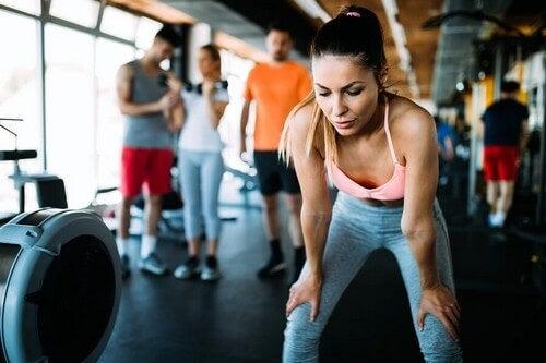 Contras de treinar na academia