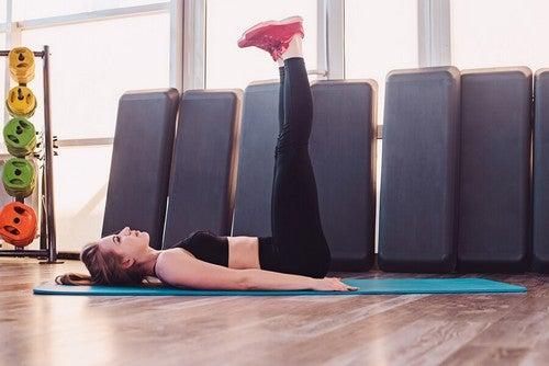 Exercício de levantamento de pernas