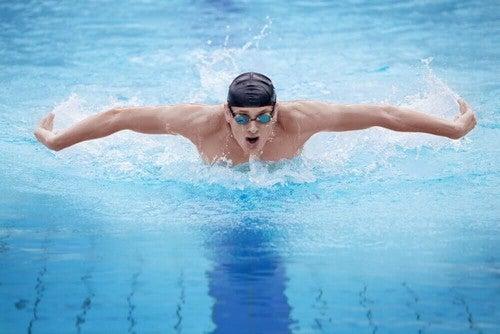 O nado borboleta é um estilo de nado avançado, mas que proporciona um excelente treinamento