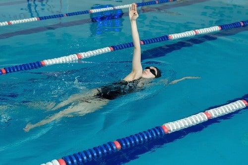 O nado costas é um estilo que melhora a postura e permite trabalharos músculos dos ombros e das costas
