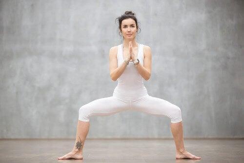 O agachamento sumô ajuda a tonificar os braços, as costas e as pernas