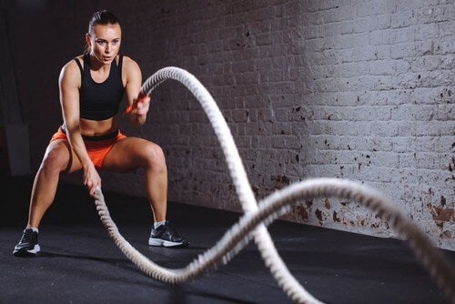 O exercício com cordas de batalha te permite aumentar a resistência cardiovascular