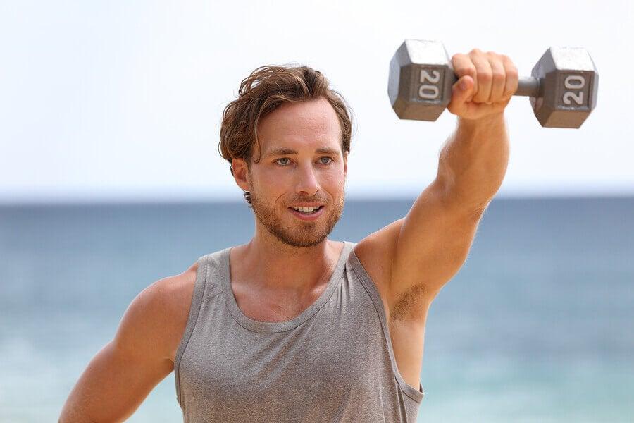 4 passos para fazer um treino de ombros com halteres