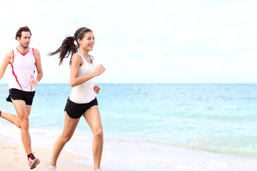 Quais são os benefícios de correr na praia?