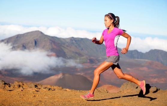 Mulher correndo na montanha