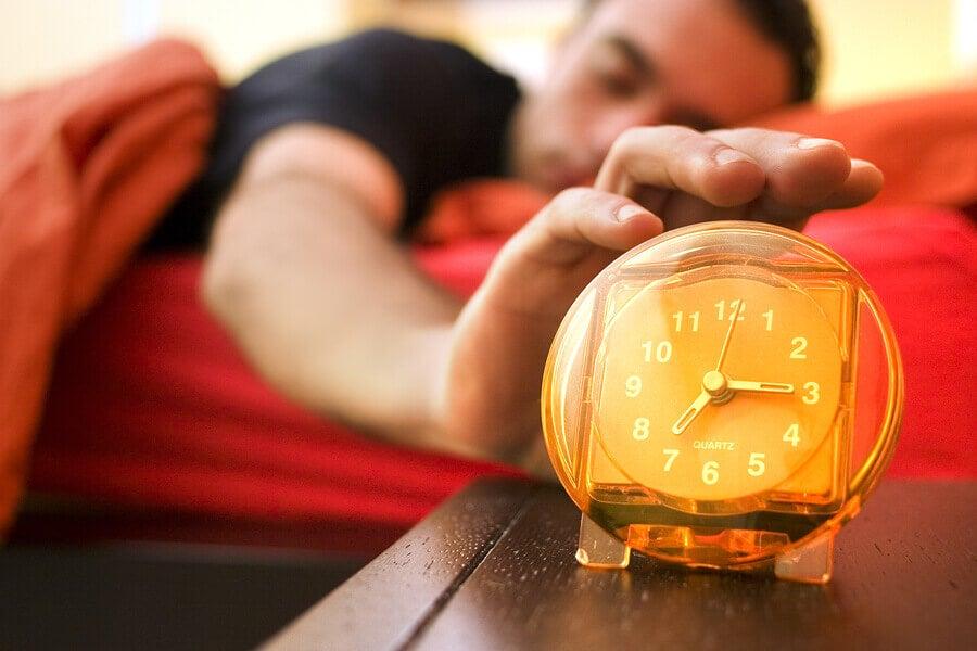 Estudo mostra que acordar cedo faz mal à saúde