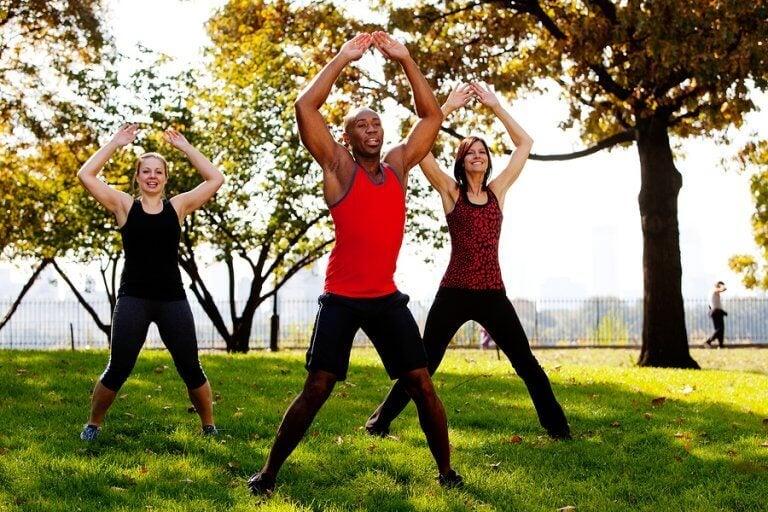 Grupo fazendo exercício no parque