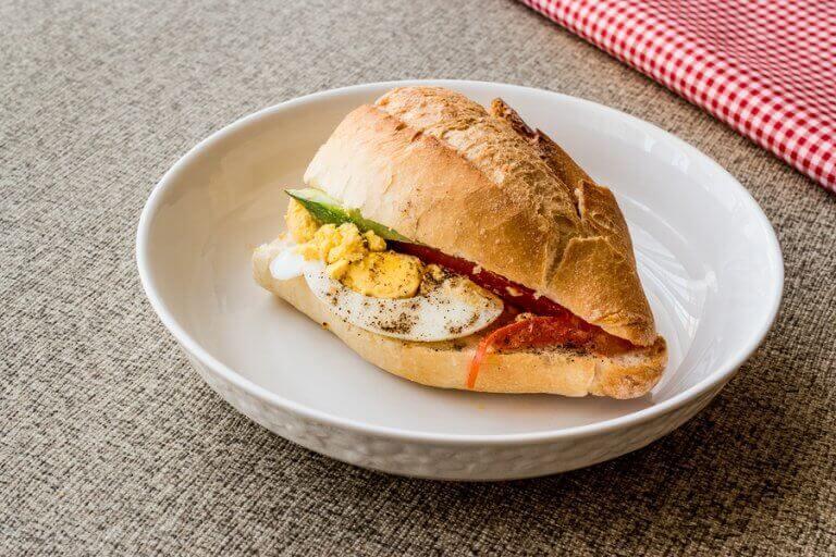 Lanches para o pré-treino: Sanduíche de ovo cozido e tomate
