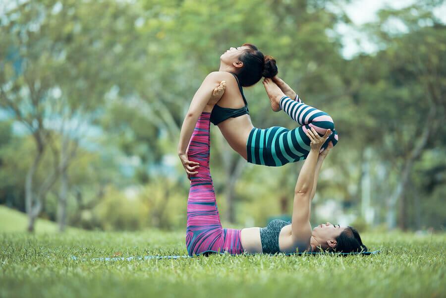 Meninas praticando yoga