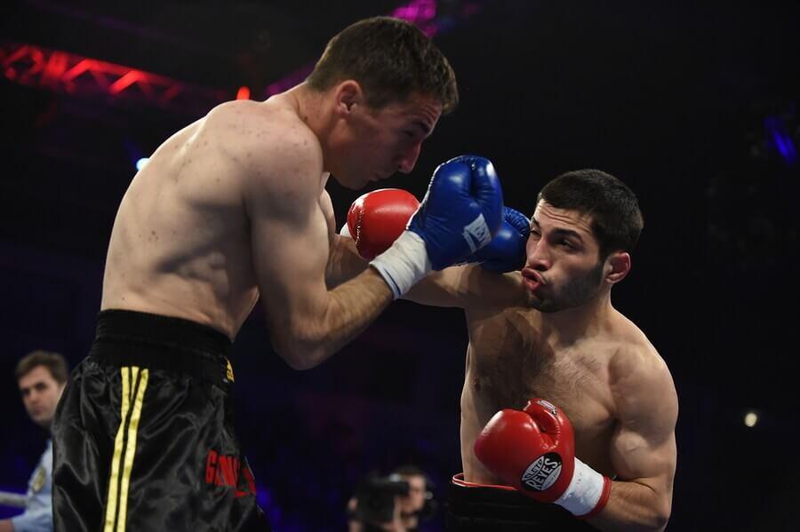 Homens lutando boxe