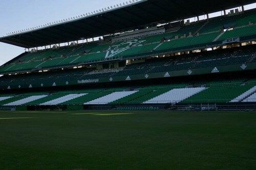 O estádio Benito Villamarin está localizado em Sevilha e é a casa do Real Betis Balompié