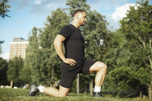 O lunge é um movimento que ajuda a fortalecer o quadríceps, os glúteos e os isquiotibiais