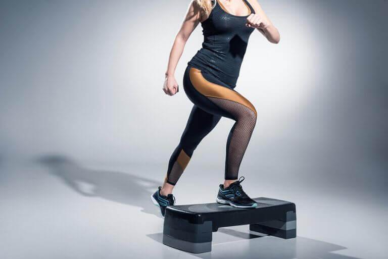 Mulher fazendo step