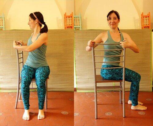 Torção da coluna: gire o tronco com as mãos no encosto da cadeira, mantenha por três respirações e repita do outro lado