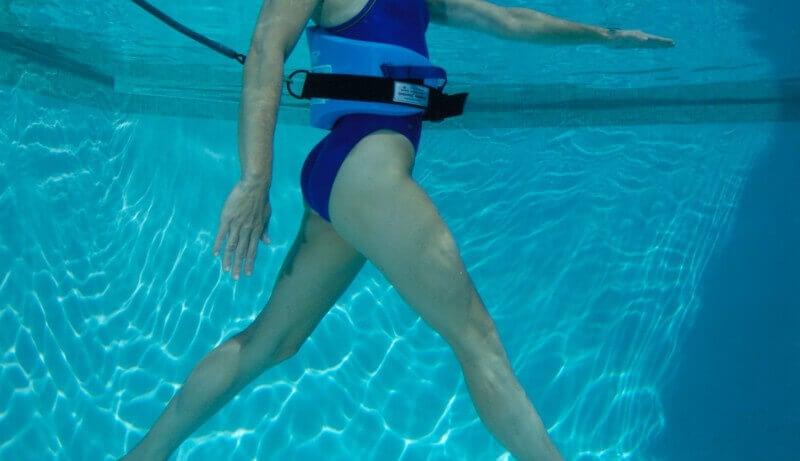 Mulher praticando aqua running