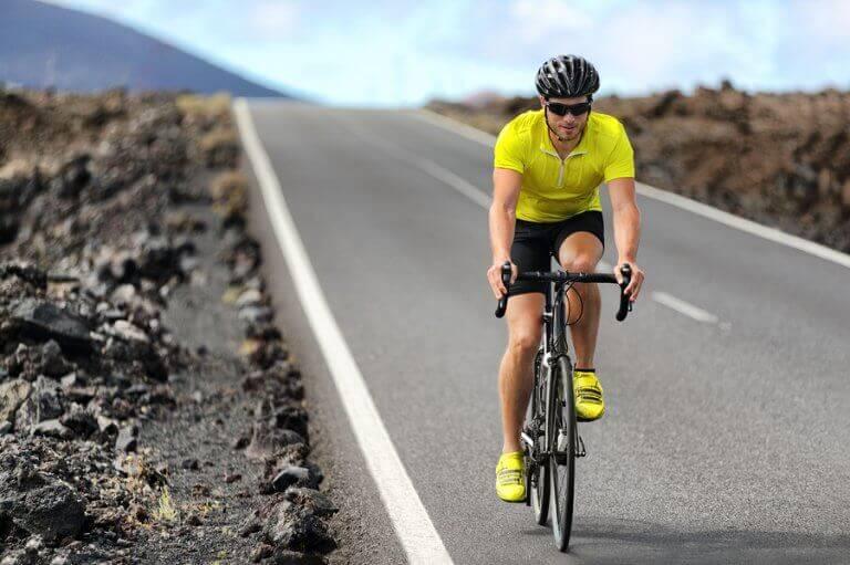 Homem praticando ciclismo na estrada