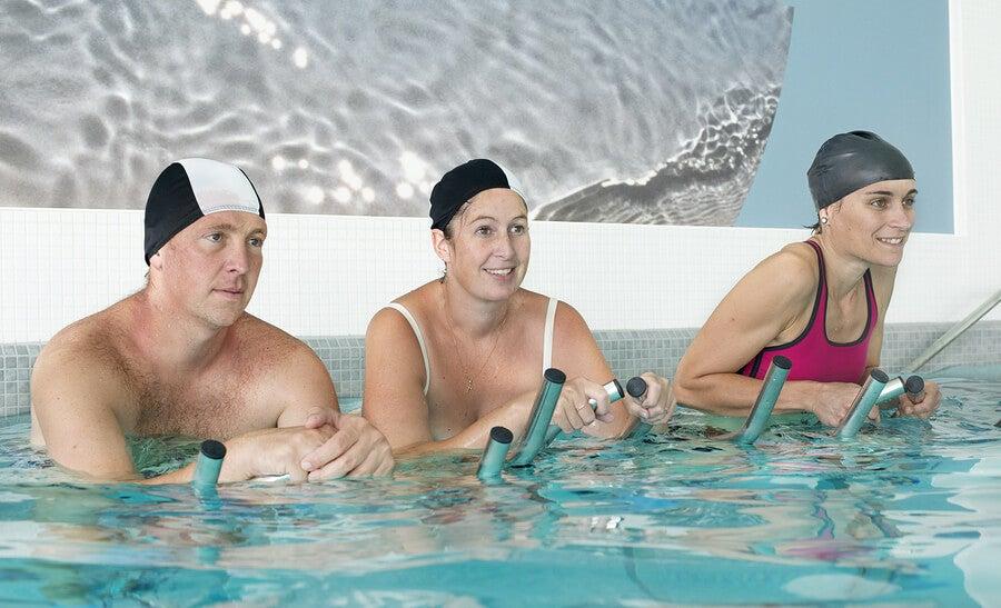 Faça ciclismo aquático com a hidrobike