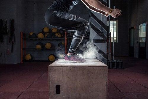 A mistura de potência e movimentos rápidos e que envolvem velocidade aumenta a resistência física. Trata-se de exercícios nas quais todas as articulações e grandes grupos musculares são colocados em ação