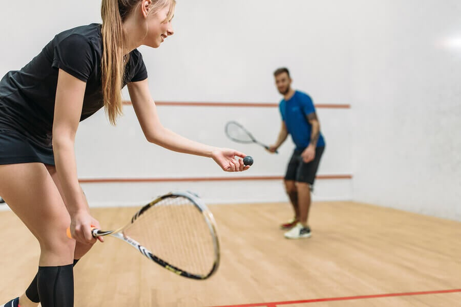 Casal jogando squash