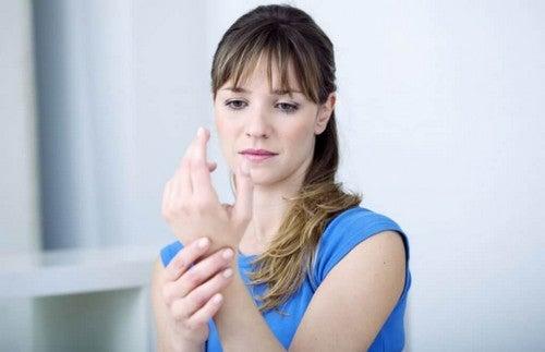 A síndrome do túnel do carpo é uma patologia queafeta principalmente as pessoas que trabalham com o pulso dobrado ou com máquinas vibratórias
