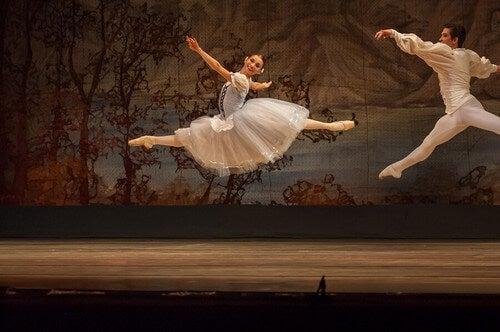 O ballet clássico surgiu por volta do ano 1600, no reinado de Luís XIV. Naquela época, o ballet era uma espécie de pantomima com música e dança