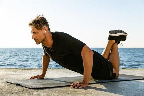 Você pode trabalhar seu bíceps sem a necessidade de qualquer tipo de equipamento, graças a um dos exercícios mais simples que você pode incluir no seu treino