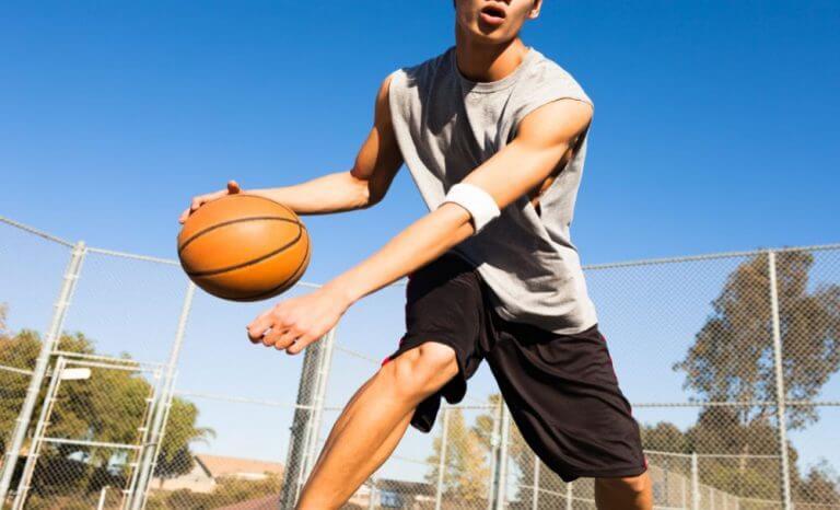 Homem jogando basquete
