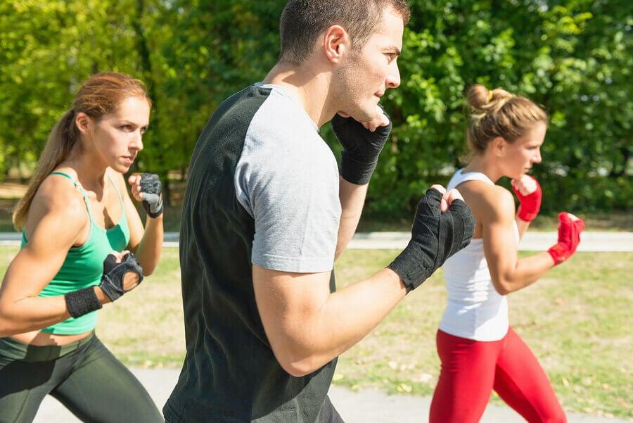 Pratique tae bo e combine artes marciais com boxe