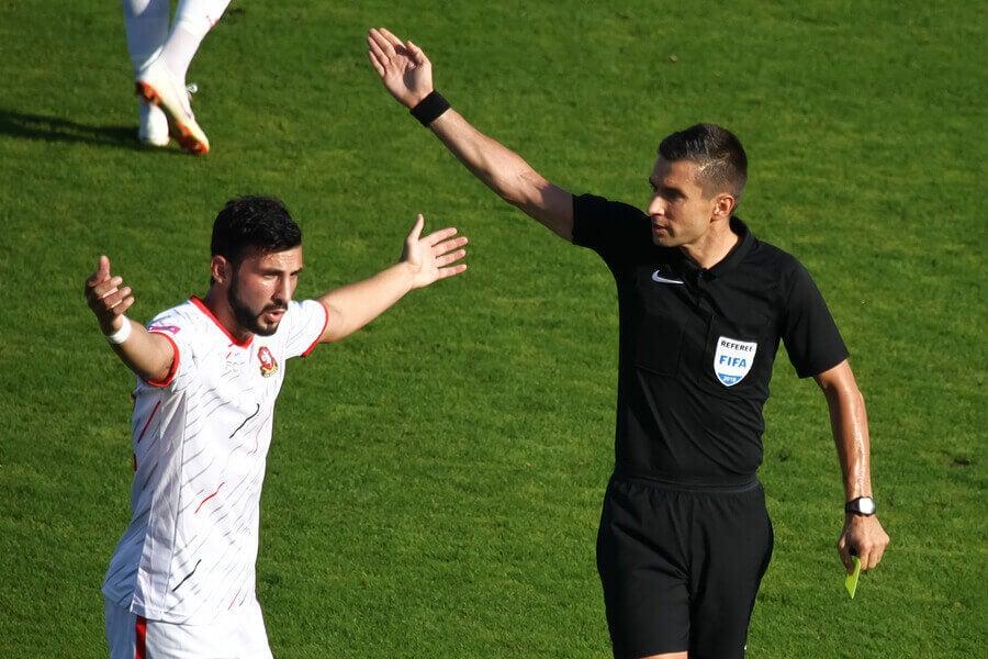 O capitão é responsável por conversar com o árbitro em jogos de futebol.