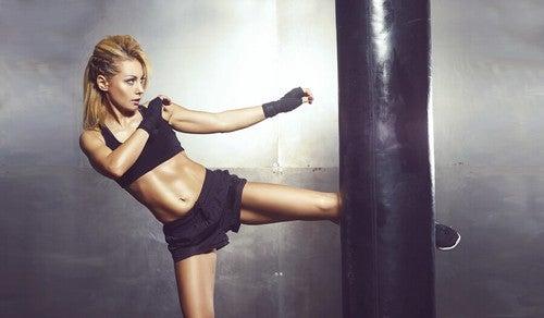 O kickboxing foi criado por um mestre de karatê japonês, o que explica por que combina técnicas desta disciplina e do boxe
