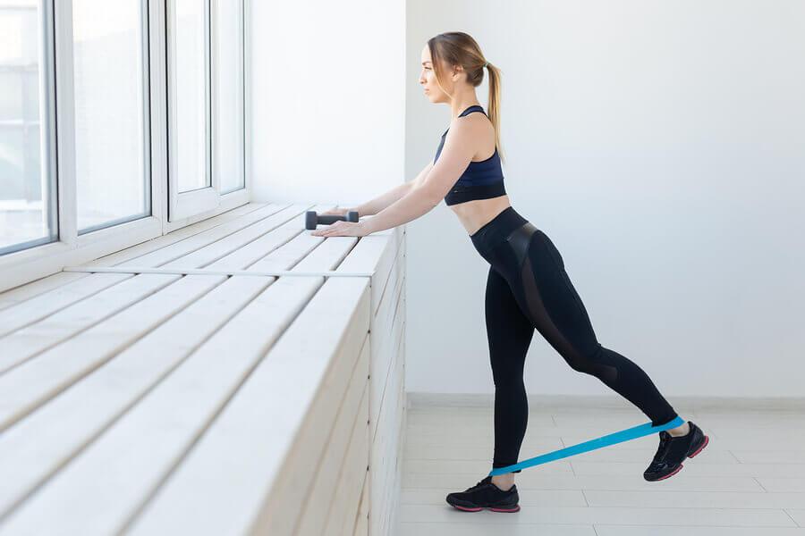 6 exercícios com faixas elásticas que você pode fazer em casa