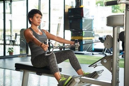 O aparelho de polias é um bom aliado para o tônus muscular, mas tenha cuidado para não exceder a carga de peso