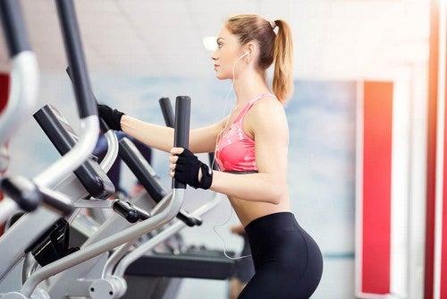Elíptica: um dos aparelhos de academia mais eficazes para reduzir a cintura