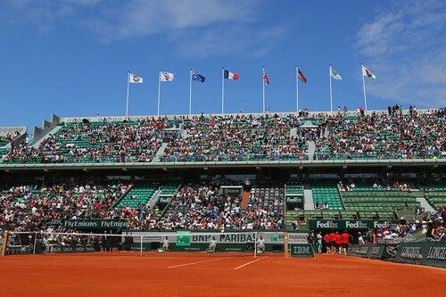 O Aberto da França leva o nome do aviador Roland Garros e seus participantes se enfrentam em quadras de saibro