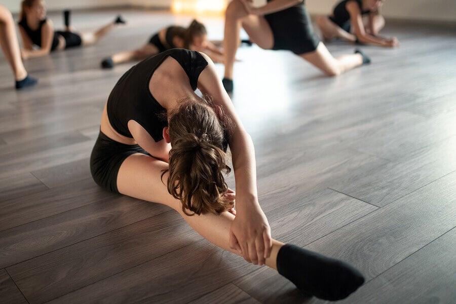 O alongamento também faz parte dessas aulas de dança.