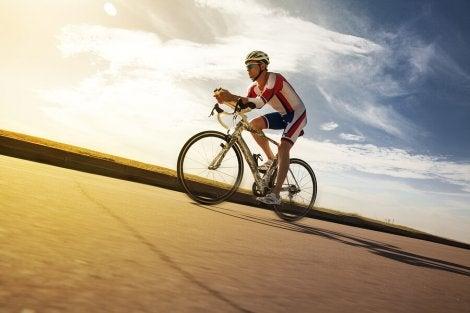 Homem em prova de ciclismo