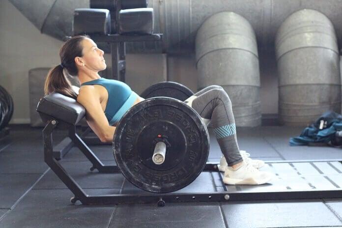 Podemos adicionar a barra para fazer este exercício com mais peso.