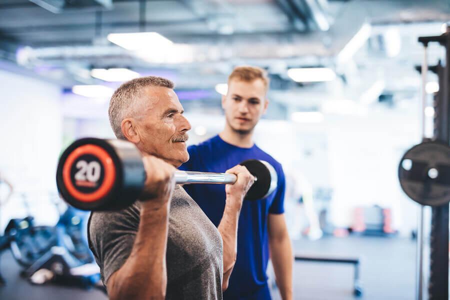 Pessoa idosa fazendo treinamento de força para combater o envelhecimento.