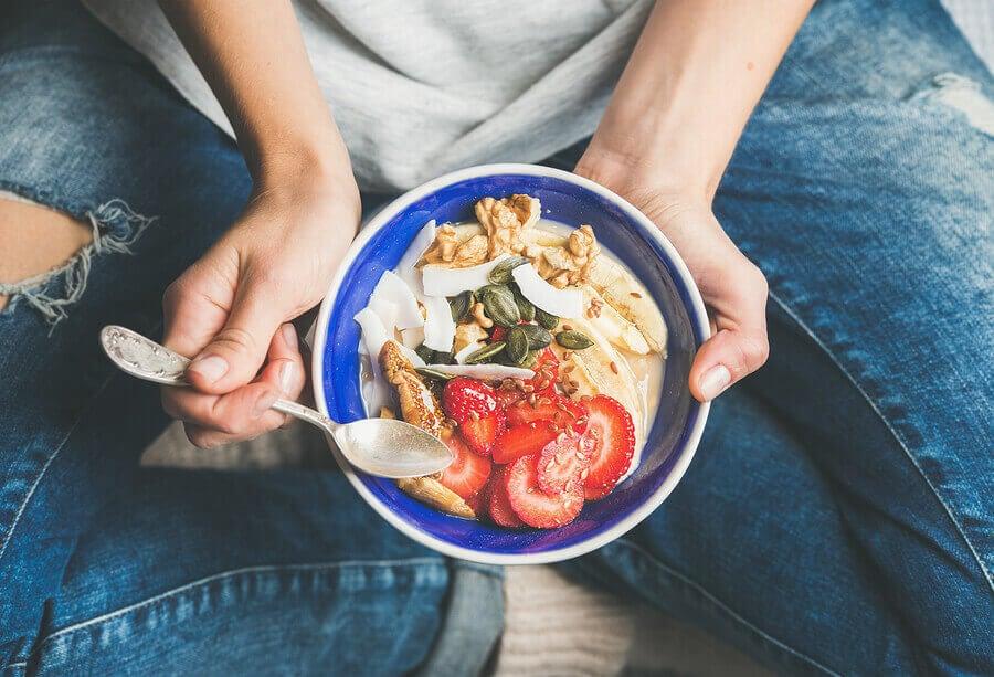 A fibra pode ajudar a manter a saúde da microbiota intestinal.