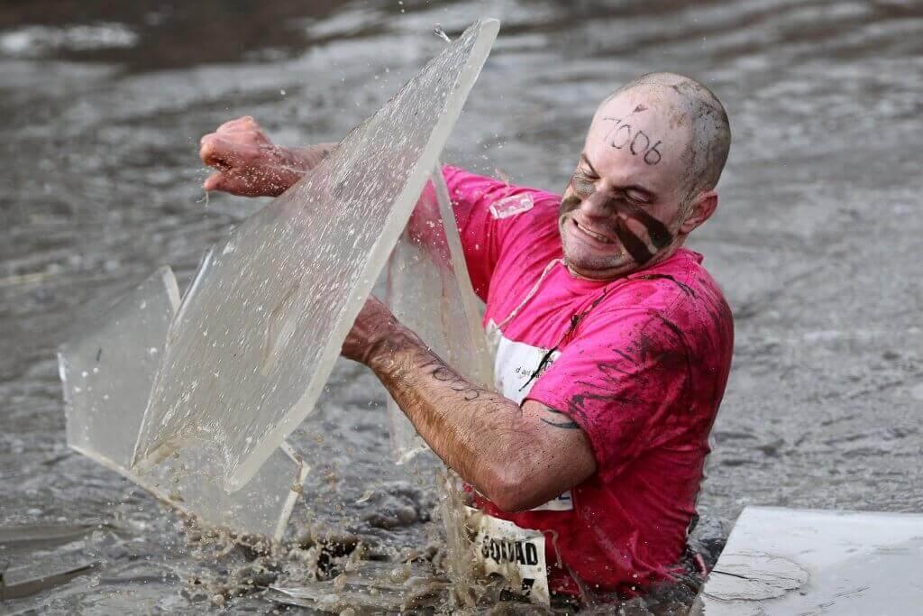 A maratona Tough Guy é realizada na Inglaterra.