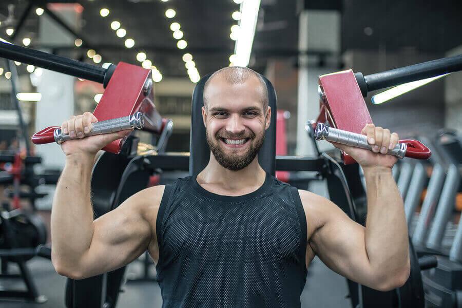 Homem treinando ombros