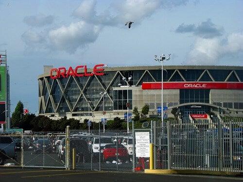 A Oracle Arena tem capacidade de quase 20.000 espectadores para jogos de basquete