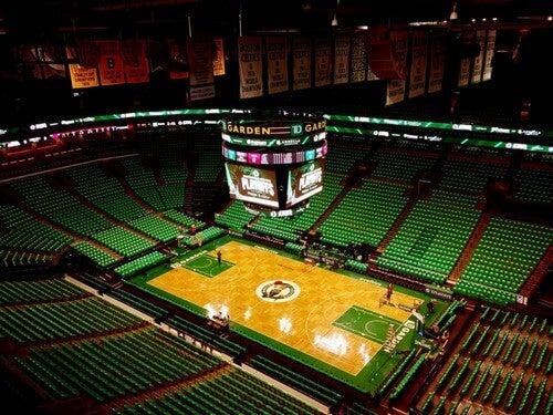 O TD Garden tem capacidade de 18.000 pessoas para jogos da NBA e um pouco menos para os da NHL.